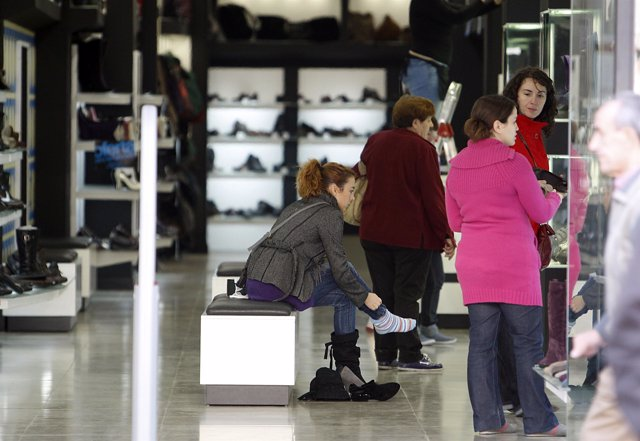 Gente comprando en comercios