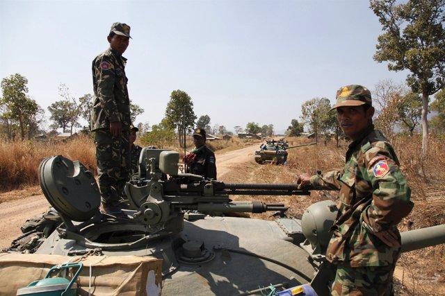 Soldados de Camboya se enfrentan con las tropas de Tailandia en torno al templo