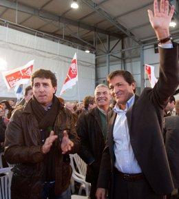 Jesús Gutiérrez y Javier Fernández en un acto político celebrado en Lugones.