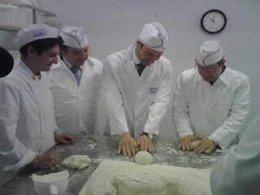 Tomás Gómez visita una escuela de panadería