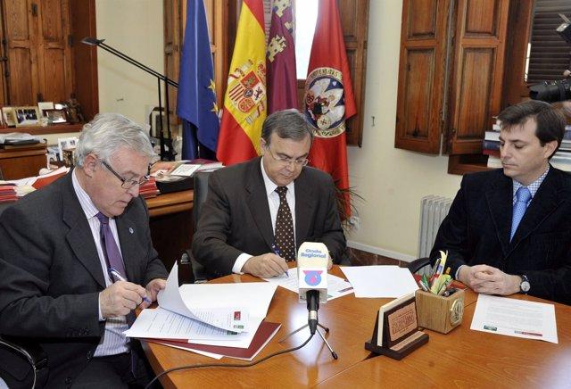 Firma de un convenio del rector de la UMU