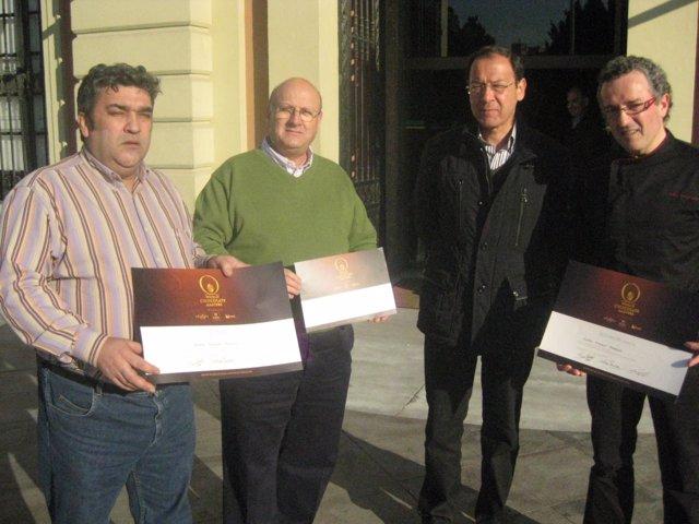 El alcalde, junto a los pasteleros