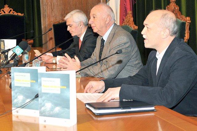 El profesor Urbano Fra, en primer término, junto al rector de la USC, Juan Casar