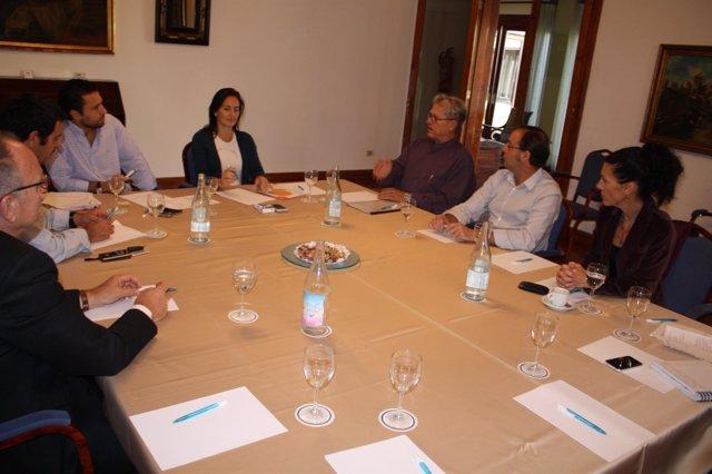 Consejera de Turismo de Fuerteventura, Águeda Montelongo, con representantes de