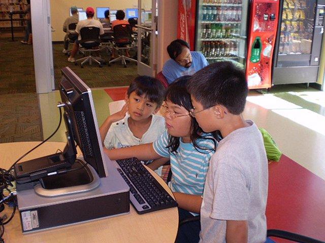 niños con un ordenador por San Jose Library CC desde Flickr