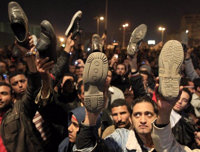 Miles de personas protestan tras el discurso del presidente egipcio, Hosni Mubar