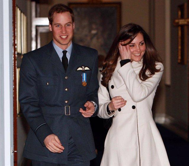El príncipe Guillermo de Gales y su novia Kate Middleton