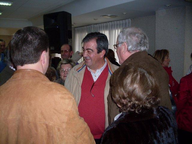 Francisco Álvarez-Cascos con simpatizantes en Asturias