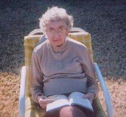 Mujer con gafas, anciana, oftalmología, enfermedad ocular