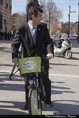 Alcalde de Guadalajara en bicicleta