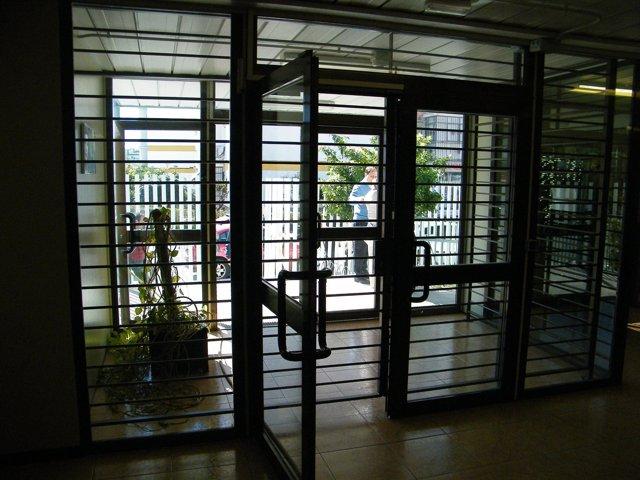 Puerta enrejada de acceso al centro de salud mental de Polígono Norte de Sevilla