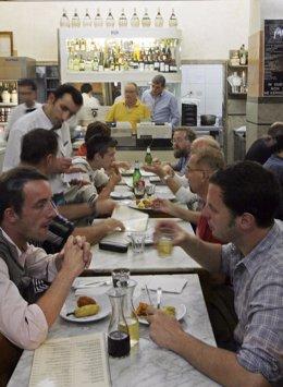 Personas comiendo en un restaurante