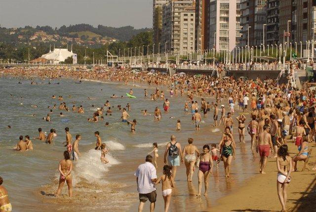 Bañistas en una playa asturiana