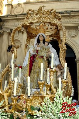 La Virgen del Socorro ante su ermita
