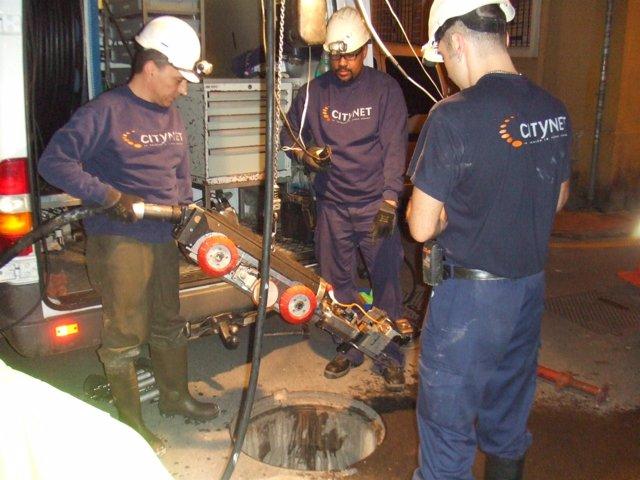 Trabajadores de Citynet instalando fibra óptica