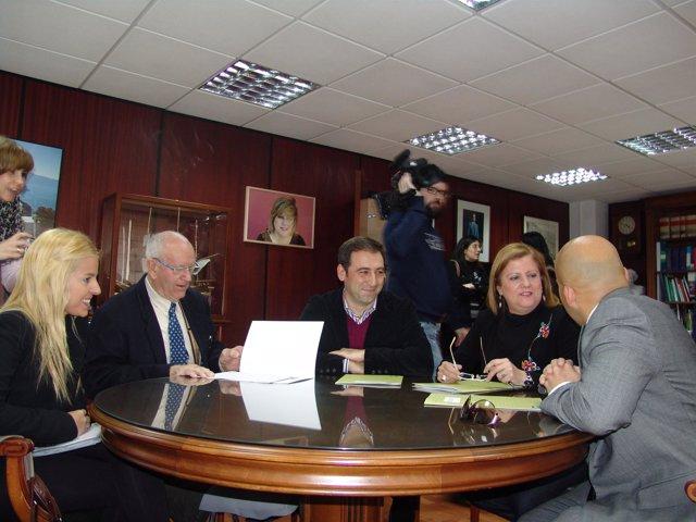 En el centro, la delegada provincial de Empleo de la Junta en Almería, Francisca