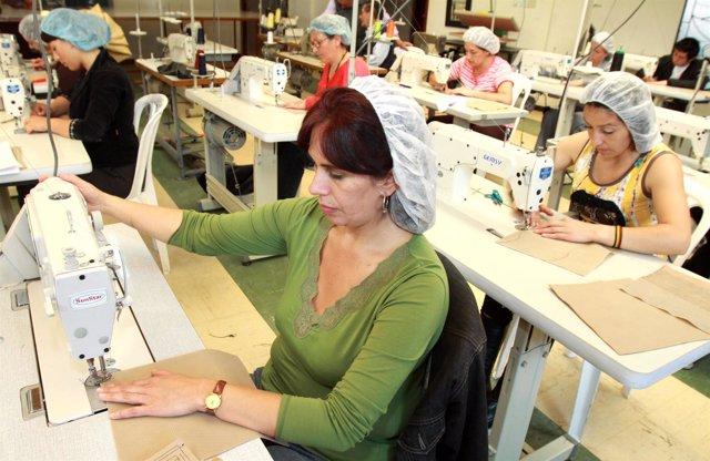mujeres con máquina de coser