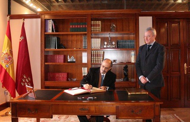 El embajador, firma en presencia de Valcárcel