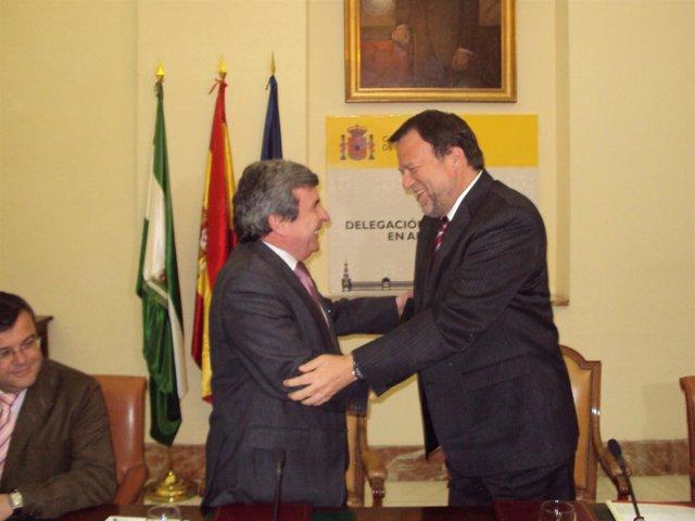 El alcalde de Sevilla firma con el delegado de Gobierno en Andalucía un convenio