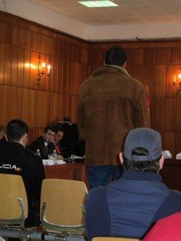 En pie, uno de los acusados de matar en Águilar a un hombre en 2008