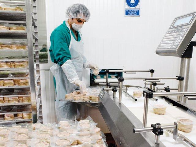 Un trabajador trabajando en una fábrica
