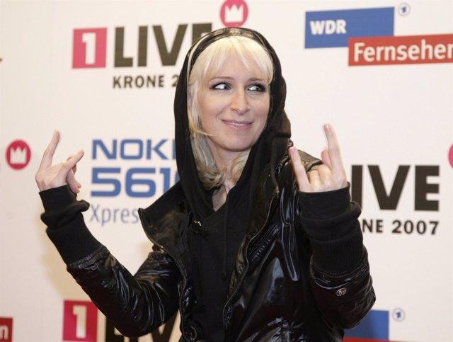 Sandra Nasic, cantante de Guano Apes, posa a la entrada de una gala de premios