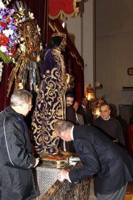 El Rey venera al Cristo de Medinaceli
