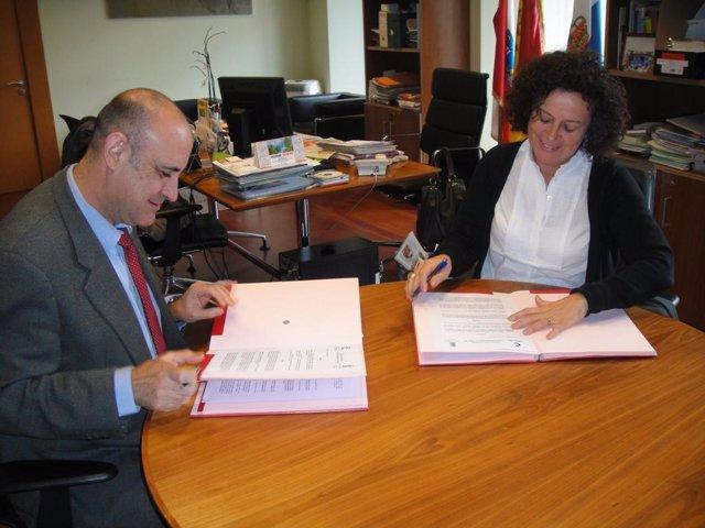 El director de la Fundación Comillas, Ignacio Gavira,  y la alcaldesa de Comilla