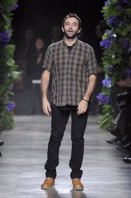 El diseñador de Givenchy, Riccardo Tisci en una pasarela de París
