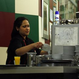 Camarera trabajando en un bar