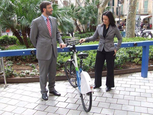 José Hila con  una de las bicicletas públicas de Palma