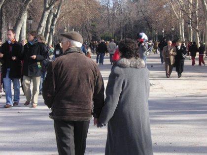 Los mayores deberían evitar cruzar la calle mientras hablan por el móvil, según estudio