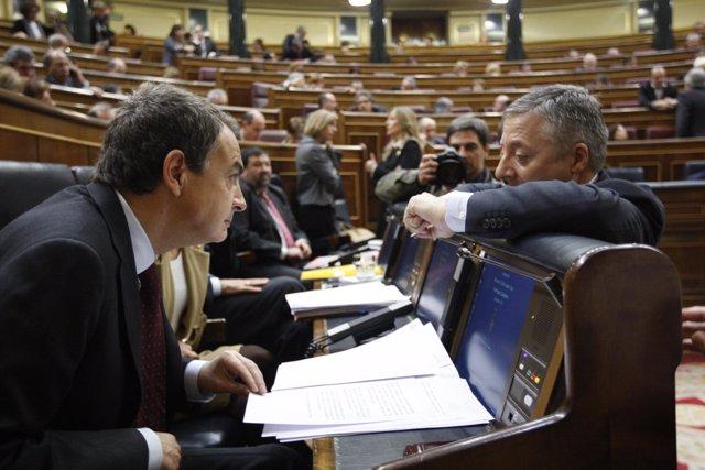 José Blanco charla con José Luis Rodríguez Zapatero en el Congreso