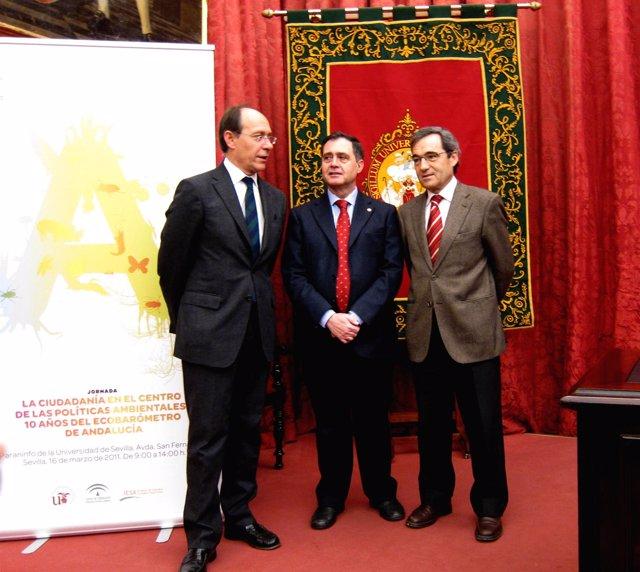 El consejero José Juan Díaz Trillo y el rector de la US, Joaquín Luque