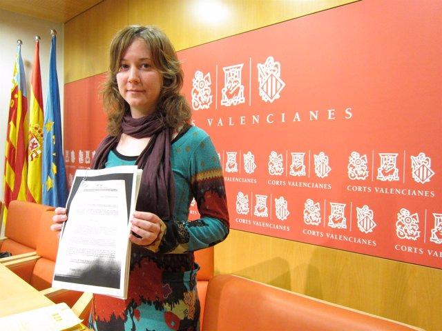 Marina Albiol con el contrato de Calatrava del Centro de Convenciones de castell