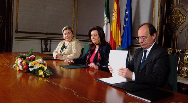 Clara Aguilera, Mar Moreno y José Juan Díaz Trillo, firman el acuerdo de colabor