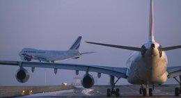 Aviones en la pista de un aeropuerto