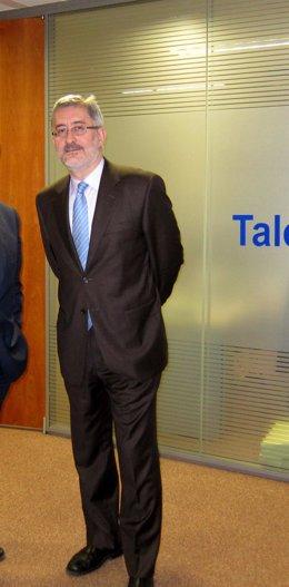 El consejero de Economía, Antonio Ávila, antes de la rueda de prensa de las beca