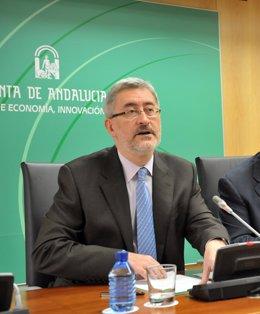 El consejero de Economía, Innovación y Ciencia, Antonio Ávila, durante la rueda