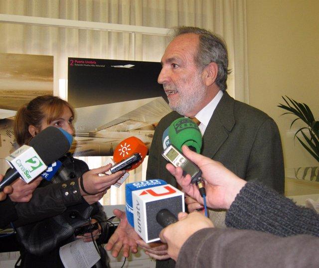 El subdelegado del Gobierno en Huelva, Manuel Bago, ante los periodistas.