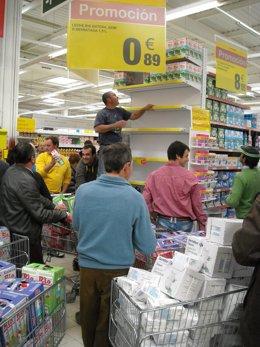 Ganaderos cántabros protestan en un supermercado de Carrefour
