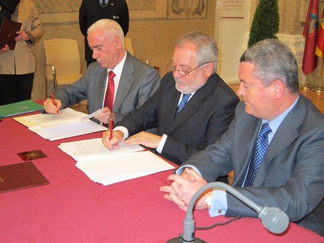 Firma convenio Junta Centro de Congresos, alcalde Andrés Ocaña, consejero Lucian