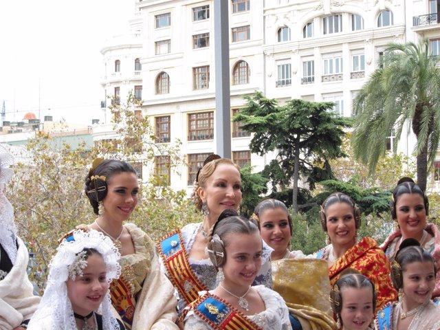 Carmen Lomana junto a la Fallera Mayor de Valencia 2011 tras la 'mascletà'