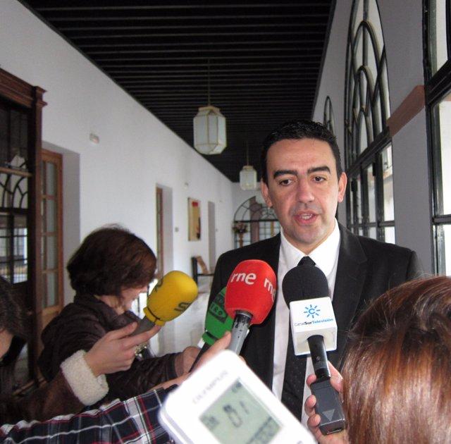 Mario Jiménez, este miércoles en declaraciones a los medios en el Parlamento
