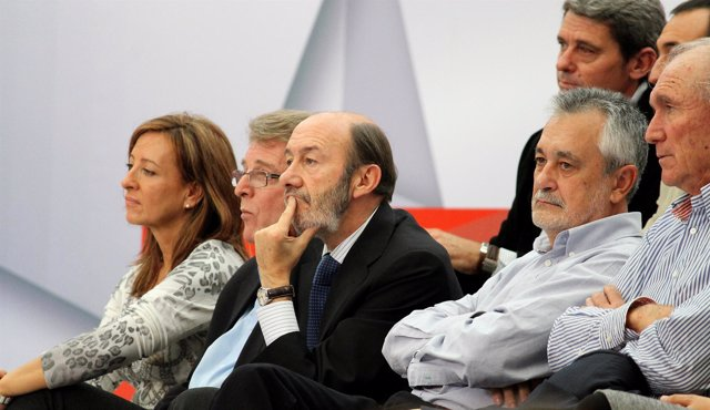 La alcaldesa de Jerez, Pilar Sánchez, sentada junto al secretario provincial, Fr