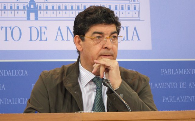 Diego Valderas, en rueda de prensa en el Parlamento