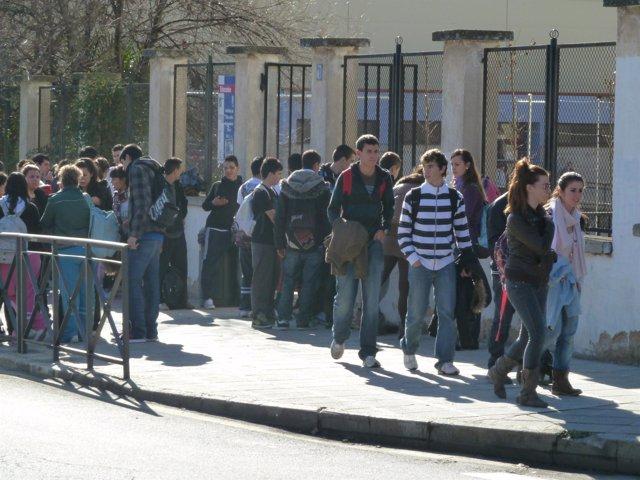 Adolescentes en la aentrada del  instituto