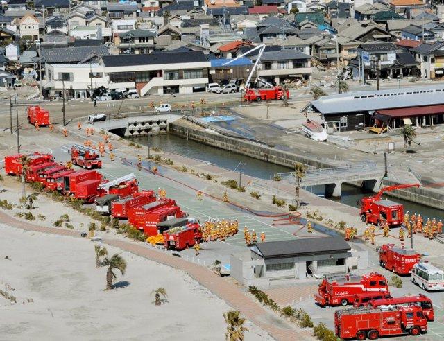Camiones cisternas vierten agua sobre Fukushima