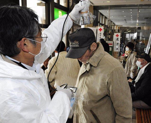 Comprueban niveles de radiación habitantes Fukushima