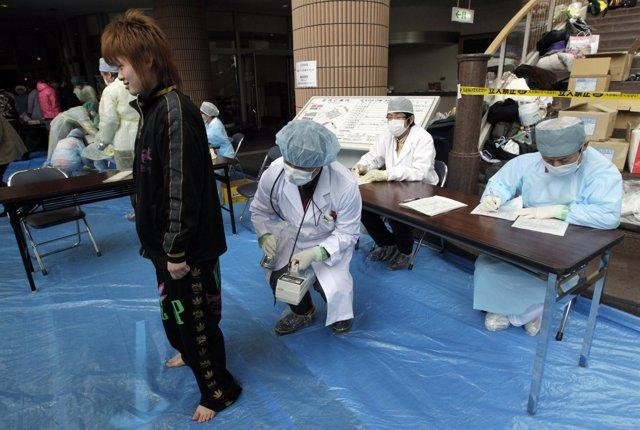 Médicos observan radiación tras la fuga en Fukushima (Japón)